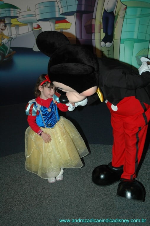 Menina com Mickey, Disney