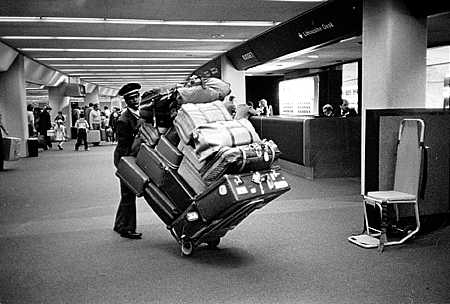 Carregador de bagagem com carrinho de malas